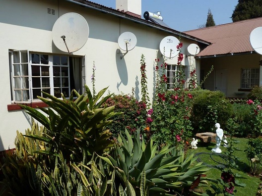 at_oah_qm_ret_queen_mary_house_satellite_dishes.JPG